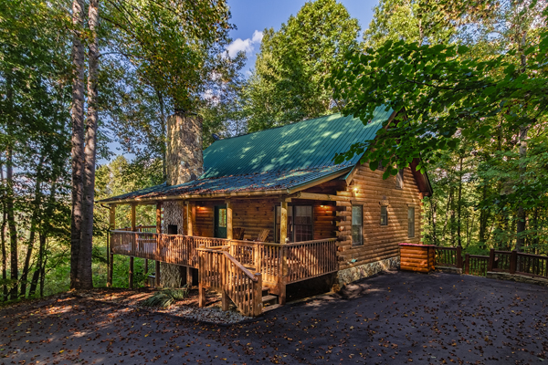 4 Bedroom 3 Bath log cabin with a scenic view of Fontana Lake, Outdoor fireplace, hot tub and pet friendly